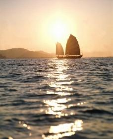 夕阳西下的海面图片