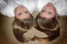一对双胞胎美女