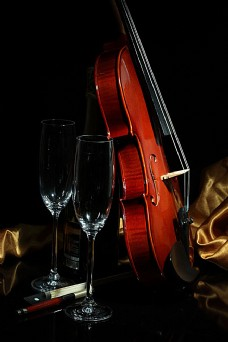 小提琴与高脚杯图片素材