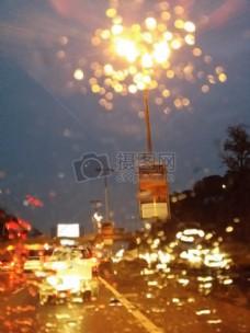 挡风玻璃上的雨滴