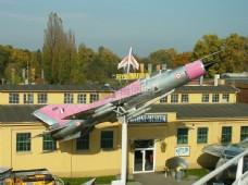 一架基即将发射的飞机