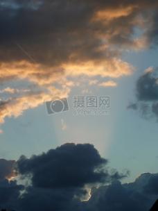 透过云彩的光线