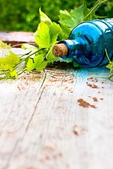 木板上的葡萄酒瓶