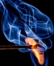 正在燃烧的火柴
