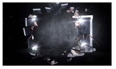 玻璃碎片汇聚在一起组成视频