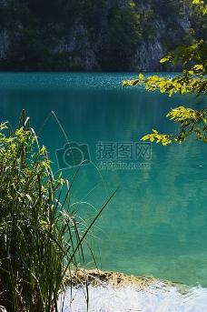 清澈透明的湖水